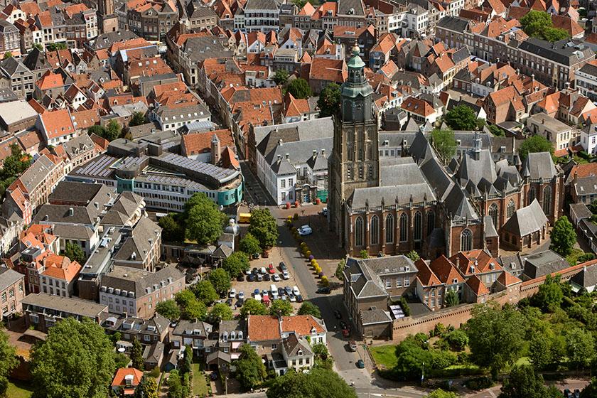 Walburgiskerk vanuit de lucht. Foto Patrick van Gemert/Zutphens Persbureau.