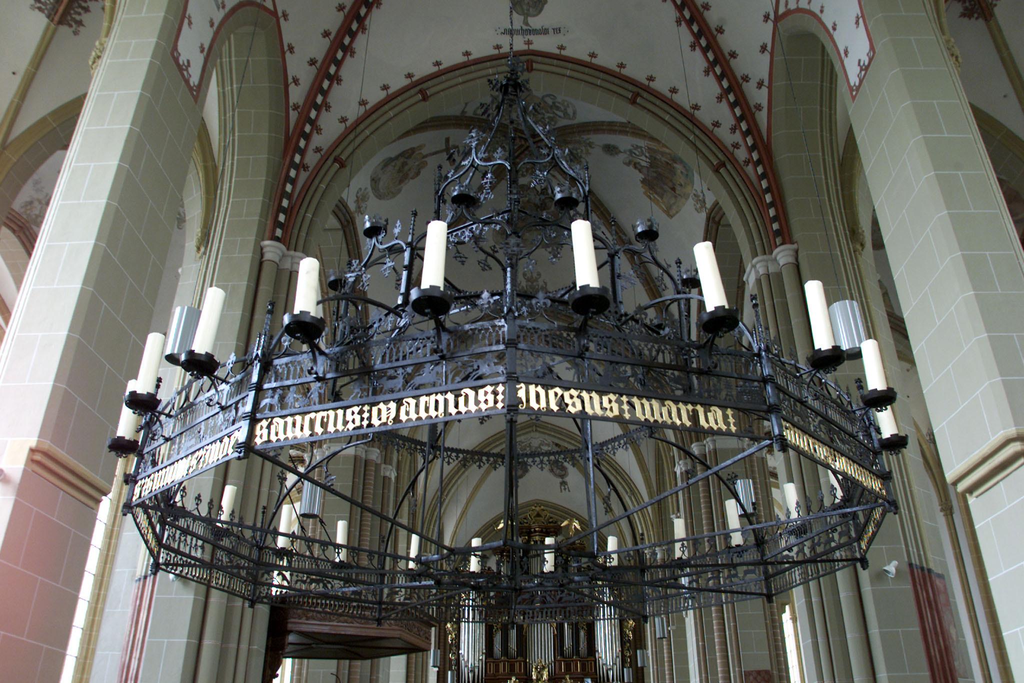 Zutphen - De kroonluchter in de Walburg kerk. Foto: Patrick van Gemert / Zutphens Persbureau