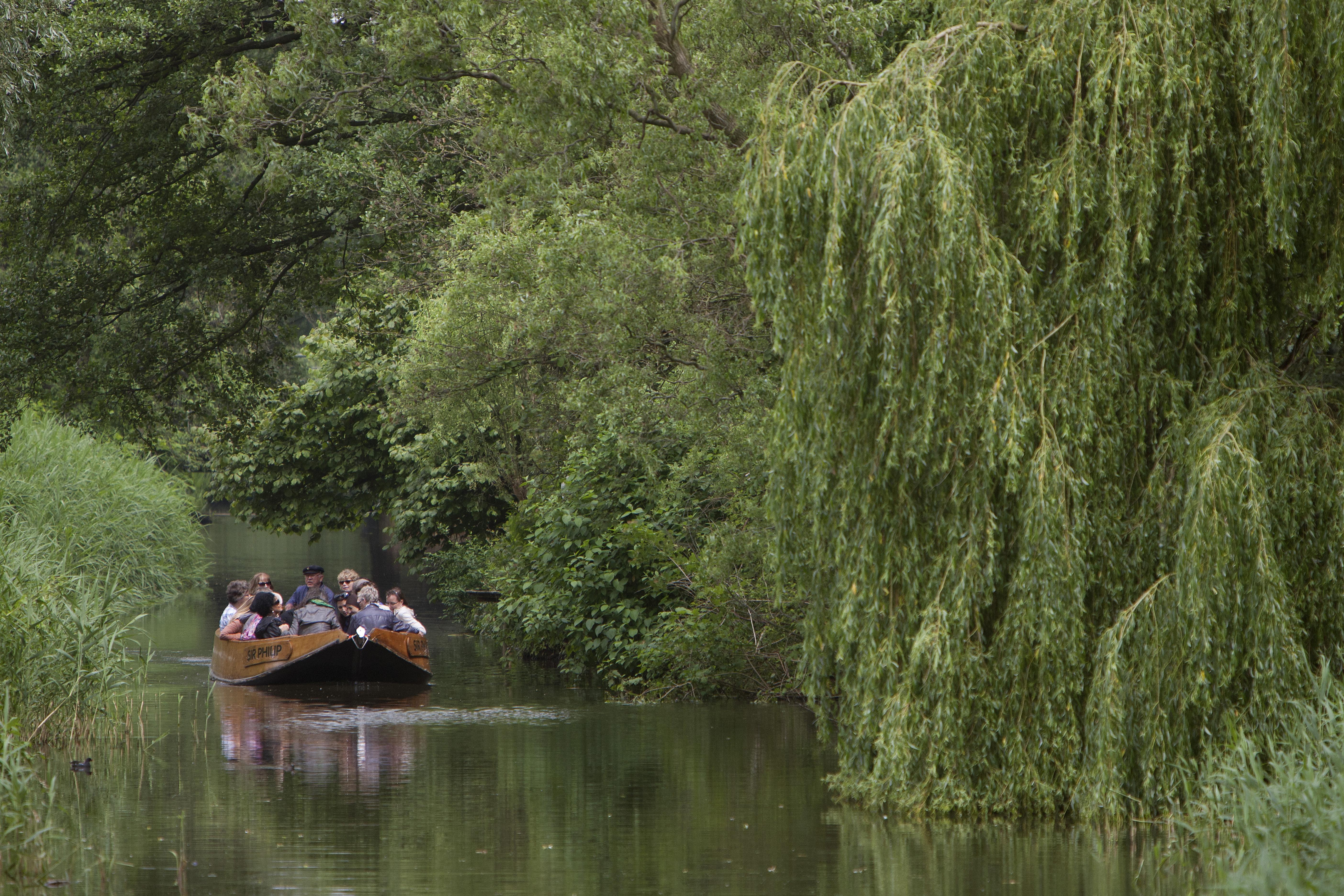 Fluisterboot op de Berkel, de Stichting Toeristisch varen heeft op de Zutphense Haringparty de Zilveren Haring gekregen. Foto Patrick van Gemert/Zutphens Persbureau