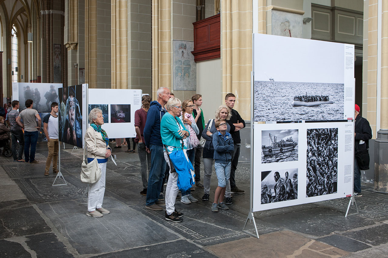 Bezoekers World Press Photo Zutphen 2016 (foto Patrick van Gemert/Zutphens Persbureau)