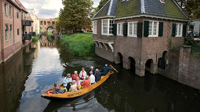 Fluisterboot De Martinet bij het Leeuwenhuisje.