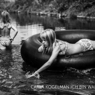 CARLA KOGELMAN, ICH BIN WALDVIERTEL.Hannah en Alena groeien op in Merkenbrechts, een bio -kruidendorpje met 170 inwoners in het Waldviertel, een plattelandsregio tussen Wenen en Tsjechie. De fotograaf volgt gedurende 5 jaar het dagelijkse leven en het opgroeien van de zusjes.