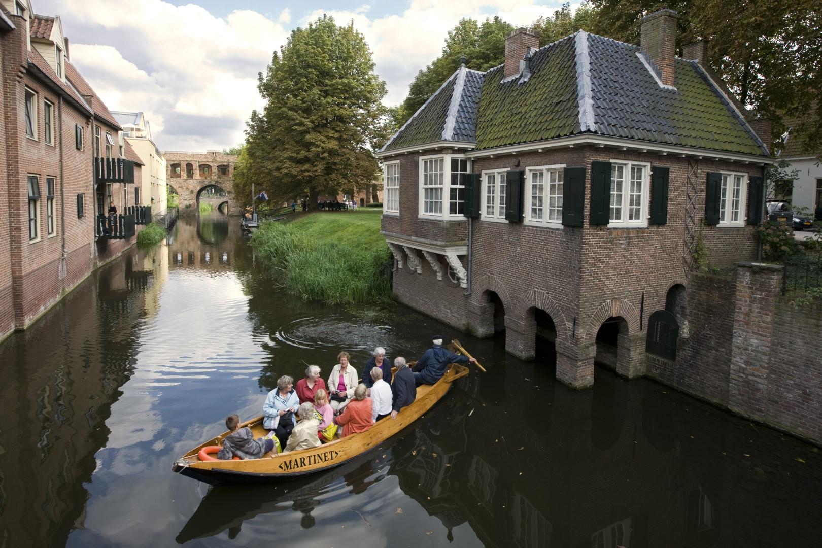 Fluisterboot De Martinet bij het Leeuwenhuisje. Foto Patrick van Gemert / Zutphens Persbureau