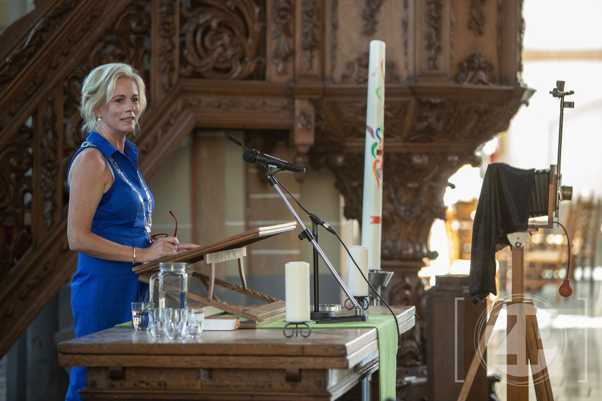 Burgemeester Annemieke Vermeulen van Zutphen opent de tentoonstelling in 2018. Foto Patrick van Gemert/Zutphens Persbureau