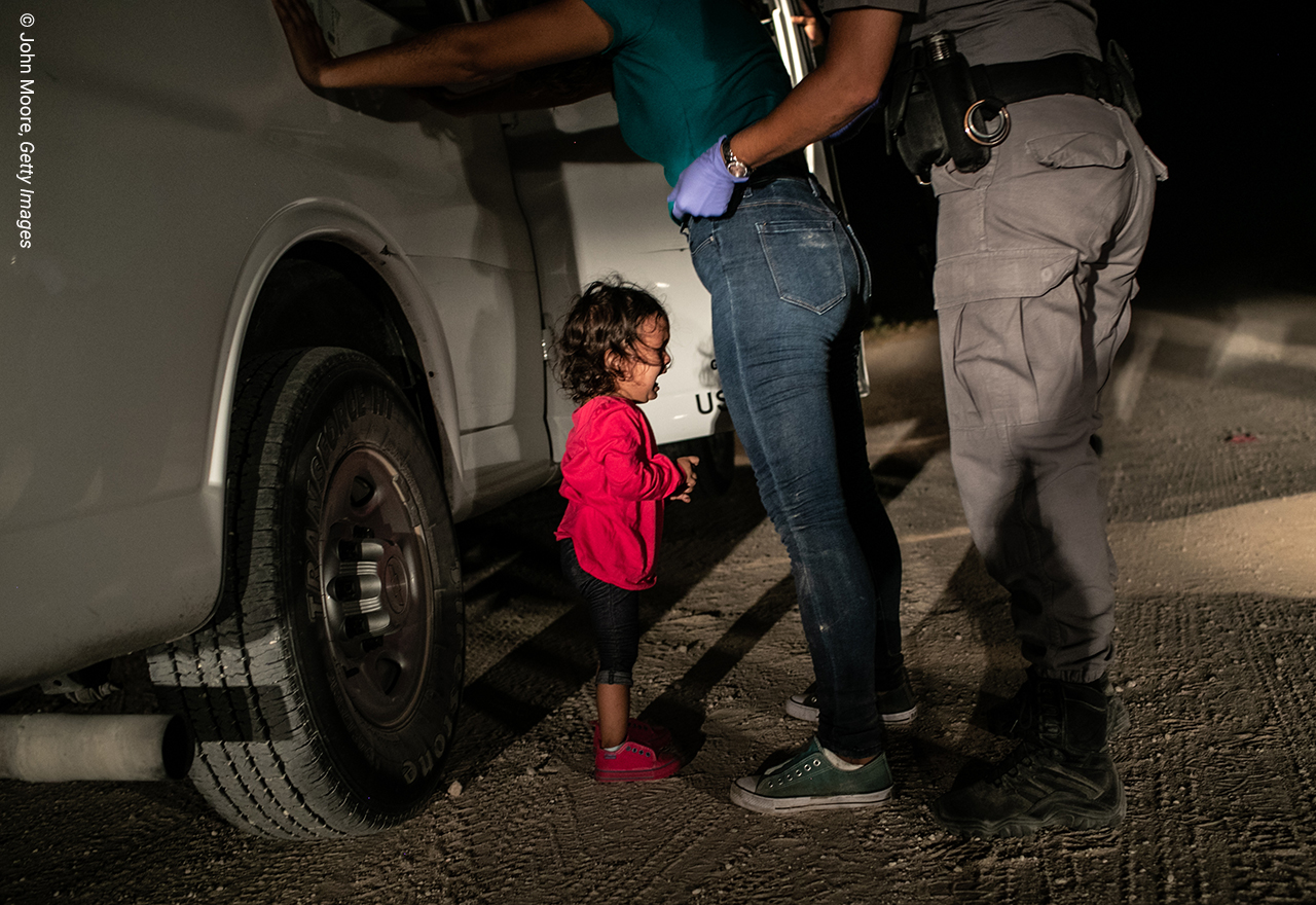 A two-year-old Honduran asylum seeker cries as her mother is searched and detained near the U.S.-Mexico border on June 12, 2018 in McAllen, Texas. They had rafted across the Rio Grande from Mexico and were detained by U.S. Border Patrol agents before being sent to a processing center. The following week the Trump administration, under pressure from the public and lawmakers, ended its contraversial policy of separating immigrant children from their parents at the U.S.-Mexico border. Although the child and her mother remained together, they were sent to a series of detention facilities before being released weeks later, pending a future asylum hearing. Foto John Moore, Getty Images