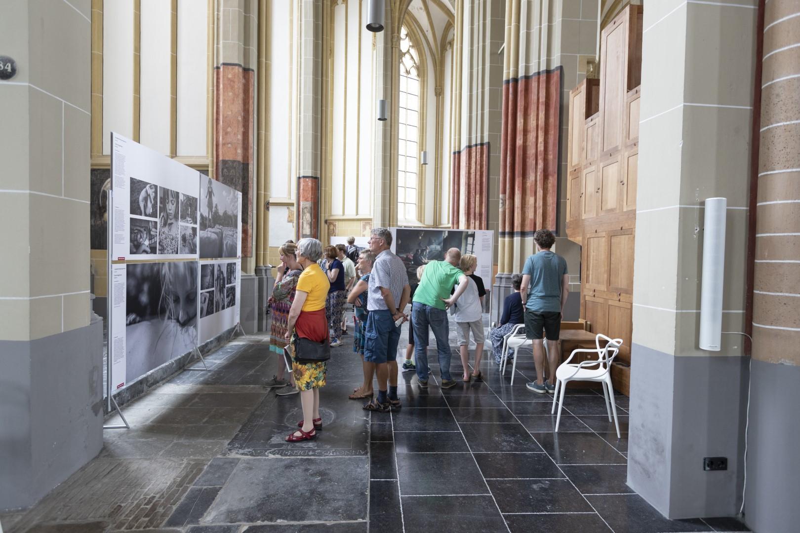 Bezoekers in de tentoonstelling. Foto Patrick van Gemert, Zutphens Persbureau