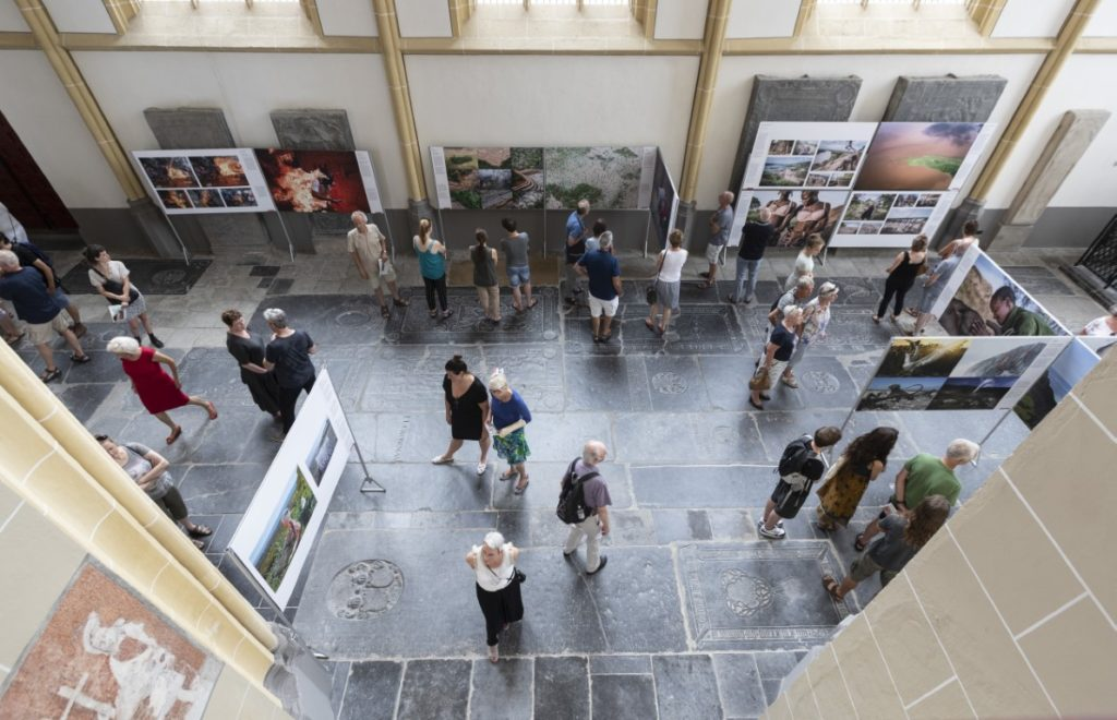 World Press Photo in Zutphen, bezoekers in de tentoonstelling in 2018. Foto Patrick van Gemert/Zutphens Persbureau