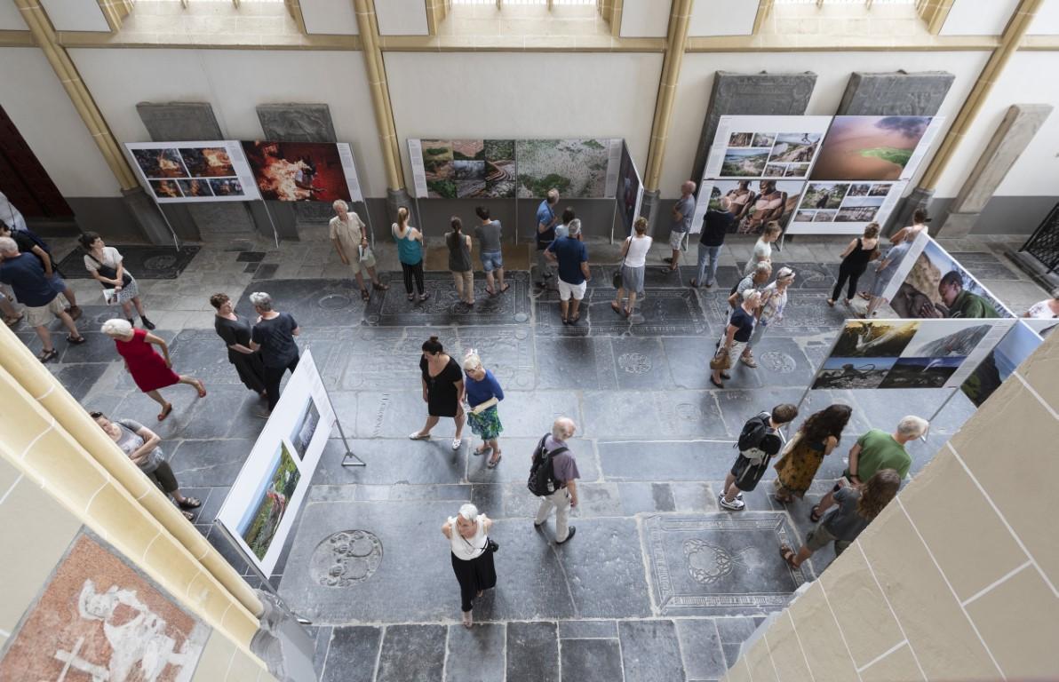 World Press Photo in Zutphen, bezoekers in de tentoonstelling in 2018. Foto Patrick van Gemert/Zutphens Persbureau