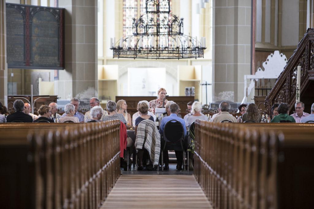 World Press Photo Zutphen Diner in de Walburgiskerk. Peter Gast van Schultenhues verzorgde voor 67 gasten een bijzonder diner tussen de winnende foto's in de kerk. Madara Fogelmane verzorde de muziek. Foto Patrick van Gemert/Zutphens Persbureau
